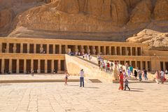 在帝王谷附近位于的女王Hatshepsut太平间寺庙 库存图片