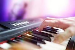 在带的钢琴演奏家音乐家执行的活使用的键盘 库存图片
