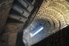 在带领的高耸的一个老石楼梯下来 免版税库存图片
