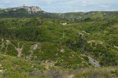 在带领通过Provencal山的路的偏僻的汽车 图库摄影