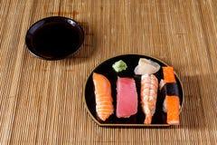 在席子的寿司 免版税库存图片