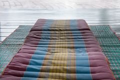 在席子的泰国后面架靠背枕头 泰国消散坐垫床垫f 图库摄影