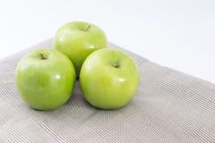 在席子的绿色苹果 库存图片