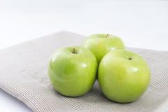 在席子的绿色苹果 图库摄影