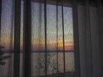 在帷幕后的日出在屋子里 库存图片