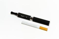 在常规和电子香烟之间的比较 免版税库存照片