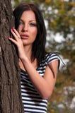 在常设结构树妇女附近 库存图片