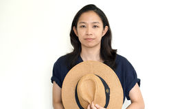 在帽子后的逗人喜爱的亚洲妇女皮面孔 内向和反社会 免版税库存照片