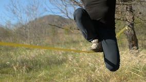 在帽子和胡子打扮的特写镜头A人,经受在风的步行以高加索为背景 影视素材