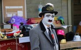 在帽子的喜剧演员哀伤和白色老鼠 免版税库存照片