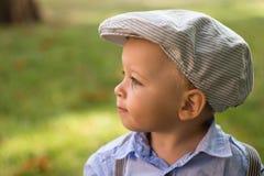 在帽子的小男孩夏天 免版税图库摄影