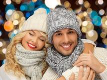 在帽子的愉快的夫妇在光背景 免版税库存图片