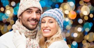 在帽子的愉快的夫妇在光背景 库存图片