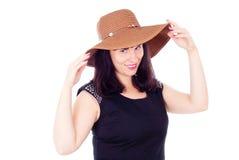 在帽子的美好的女孩姿势 免版税库存图片