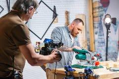 在幕后照相机设备录影射击的生产,与工作者的设定场景 免版税库存照片