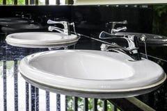 在干净的公共厕所的洗手间水槽 免版税库存图片