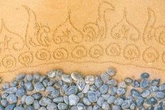 在干净的沙子的样式与石头 和平和cont的概念 图库摄影