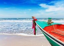 在干净的海滩的小船 库存照片
