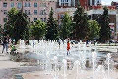 在干燥喷泉附近的人步行, 图库摄影