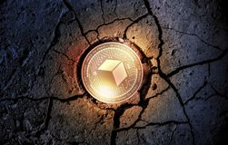 在干燥地球点心背景采矿的发光的金黄BRICKBLOCK cryptocurrency硬币 库存图片