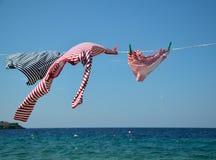 在干燥导线和海的衣裳 免版税库存照片