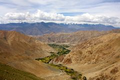 在干燥山内的绿色山谷在Leh,拉达克 免版税库存图片