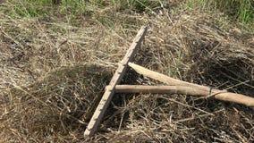 在干燥干草的木原始手工制造犁耙工具 股票视频
