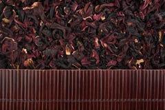 在干燥木槿的美丽的竹席子作为农业背景 免版税库存照片