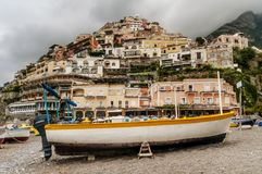 在干燥的小船与波西塔诺在背景中,阿马尔菲海岸,褶皱藻属,意大利著名村庄  免版税库存照片
