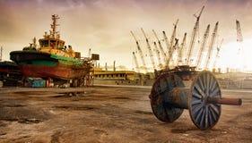 在干燥的猛拉小船靠码头的 库存照片