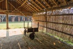 在干燥的生锈的推车一个被放弃的砖瓦厂的棚子 免版税库存图片