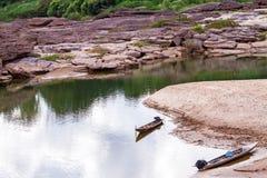在干燥水附近的破裂的地球在山姆平底锅Bok的微明在湄公河 库存照片