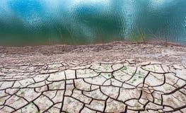 在干燥水附近的破裂的地球在山姆平底锅Bok的微明在湄公河 Ubonratchathani省,泰国 库存图片