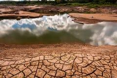 在干燥水附近的破裂的地球在山姆平底锅Bok的微明在湄公河 Ubonratchathani省,泰国 免版税库存图片