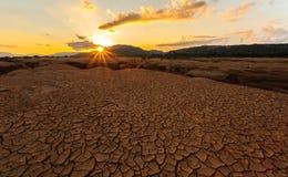 在干燥水附近的破裂的地球在山姆平底锅Bok的微明 库存图片