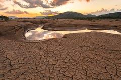 在干燥水附近的破裂的地球在山姆平底锅Bok,泰国的微明 库存图片