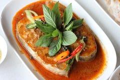 在干红色咖喱的鱼 免版税库存照片
