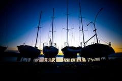 在干船坞日出视图的风船 库存图片