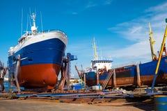 在干船坞的拖网渔船 图库摄影
