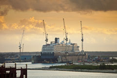 在干船坞被修理的船 免版税图库摄影