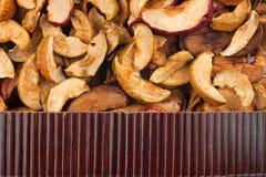 在干苹果的美丽的竹席子作为农业背景 免版税库存照片
