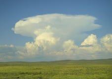 在干草原的云彩 免版税库存图片