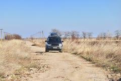 在干草原的汽车 库存图片