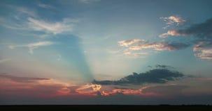 在干草原的美好的日落与明亮的光芒定期流逝 股票录像
