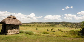 在干草原的非洲小屋 免版税图库摄影