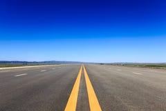 在干草原的高速公路蓝天 库存照片