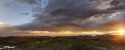 在干草原,与云彩的美丽的晚上天空,柏拉图Ukok,没人的日落,阿尔泰,西伯利亚,俄罗斯 免版税库存照片