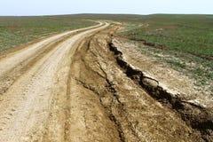 在干草原,越野驱动的未铺砌的打破的干燥土乡下公路 库存照片