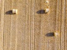 在干草堆的鸟瞰图在收获期间的一块麦田的 免版税库存照片