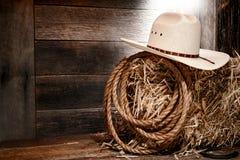 在干草捆的美国西方圈地牛仔草帽 免版税库存照片